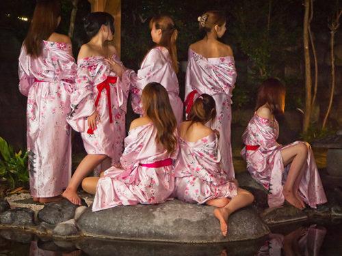 ピンクコンパニオンと露天風呂